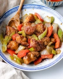 Black pepper chicken with vegetables in a plate