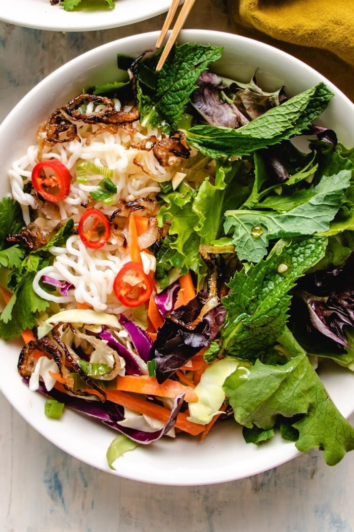 A close shot of the shirataki noodle with salad in a white bowl